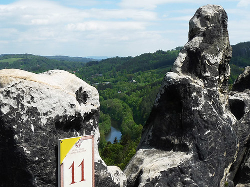 Po skalách nad Jizerou: Vranov-Pantheon a dále na Frýdštejn