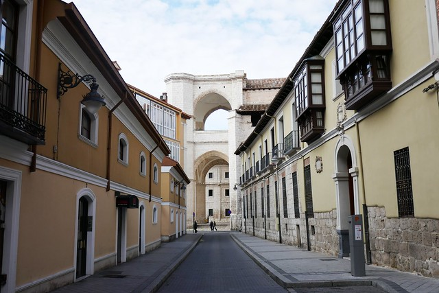 Rue du général Almirante, percée sur l'église gothique (1499-1515) du monastère San Benito el Real, Valladolid, Castille-Léon, Espagne.
