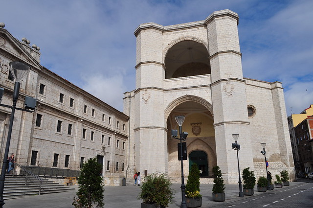 Façade sur la rue San Benito, église gothique (1499-1515) du monastère San Benito el Real, Valladolid, Castille-Léon, Espagne.