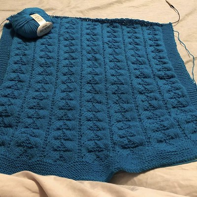 Nadine loves knitting baby blankets especially using Garnstudio Drops Baby Merino! For this one she also used a Drops Design pattern.