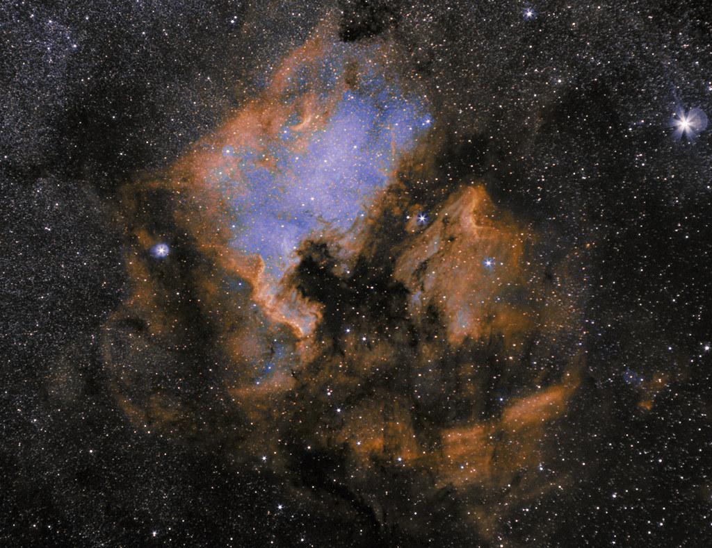 NGC 7000 Észak-Amerika köd szintetikus Hubble-palettában, Zeiss 135mm-es objektívvel és ASI294 kamerával, Ágoston Zsolt