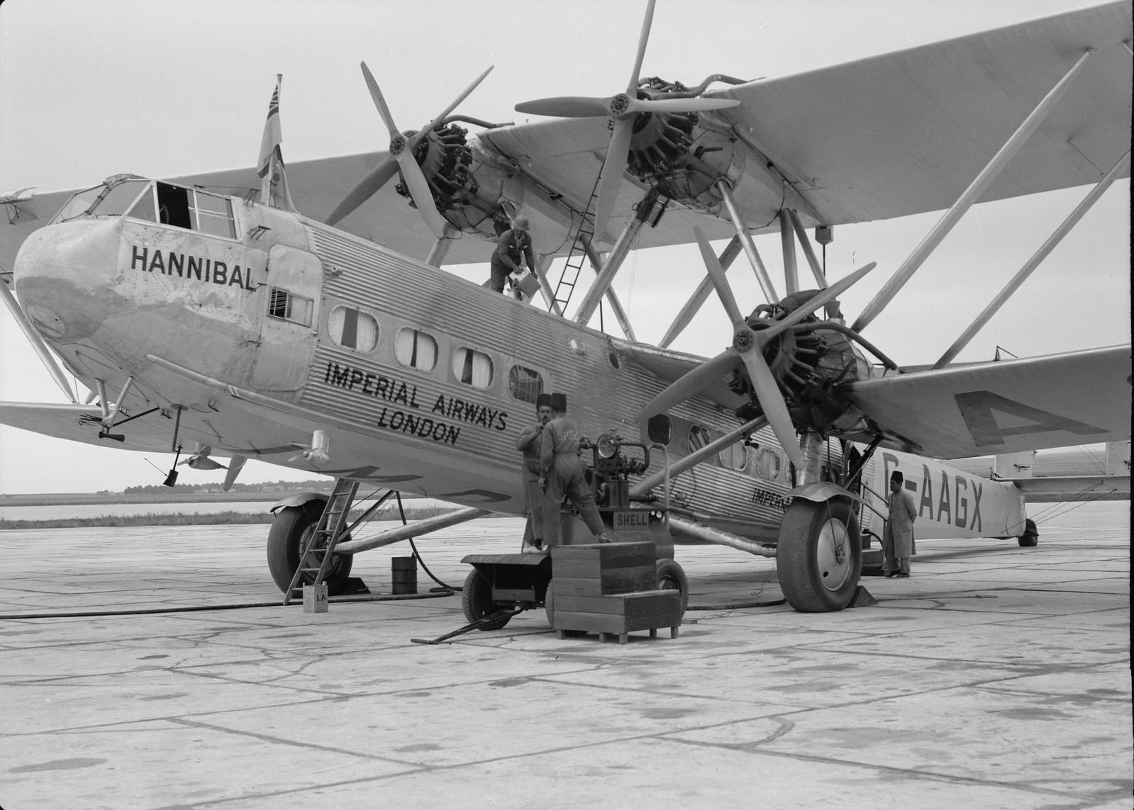 12. Дозаправка самолета Н.Р.42Е «Ганнибал» авиакомпании «Империал Эйруэйз»