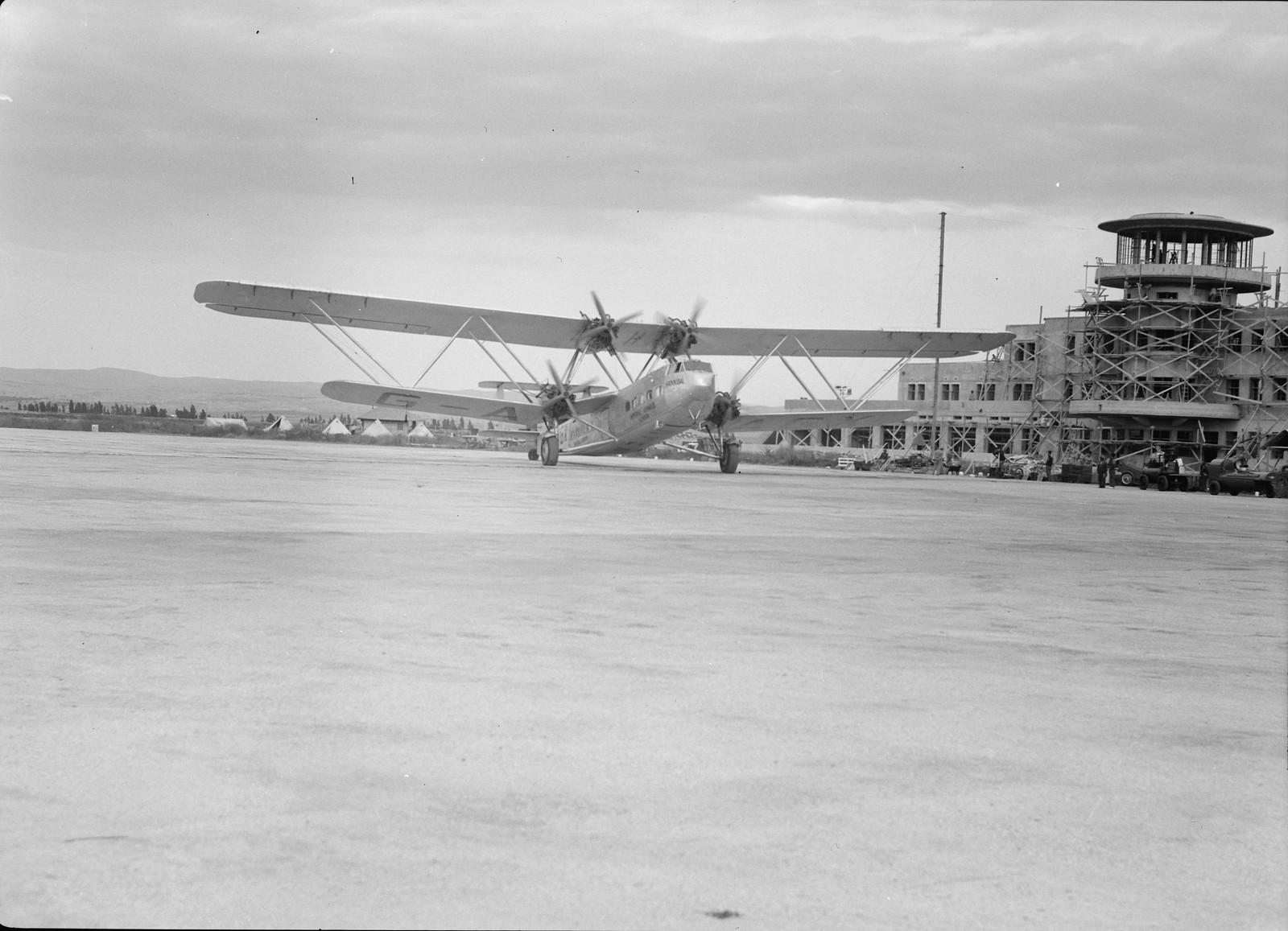 10. Самолет Н.Р.42Е «Ганнибал» авиакомпании «Империал Эйруэйз» прибывает в аэропорт Лода
