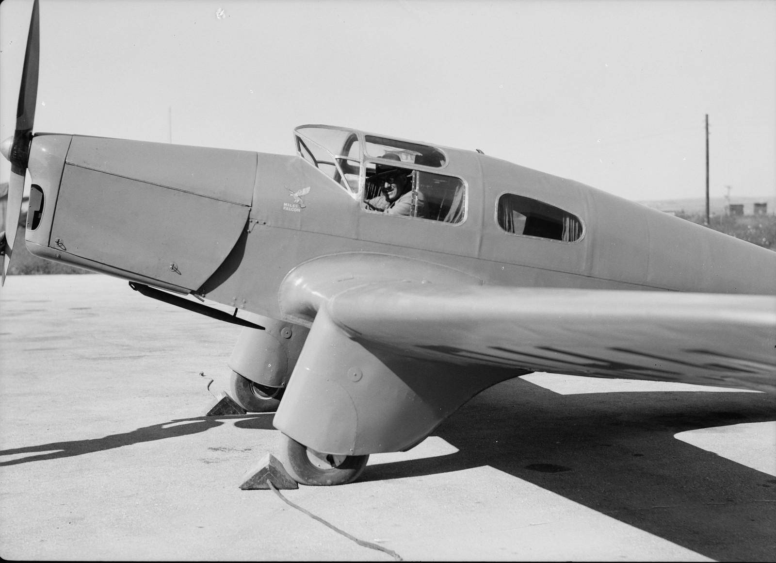 07. Майор Гамбли со своим личным летательным аппаратом (крупный план)