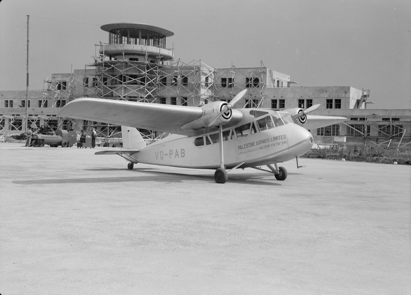 02. Самолет «Палестинских авиалиний» перед зданием аэропорта