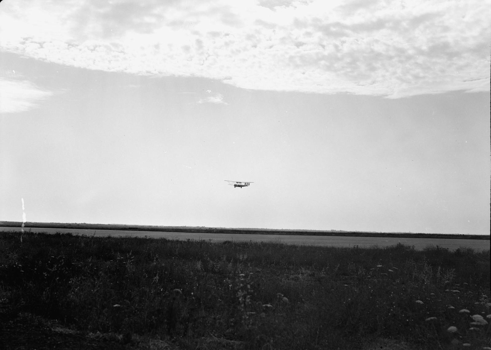14. Самолет Н.Р.42Е «Ганнибал» авиакомпании «Империал Эйруэйз» улетает в закат