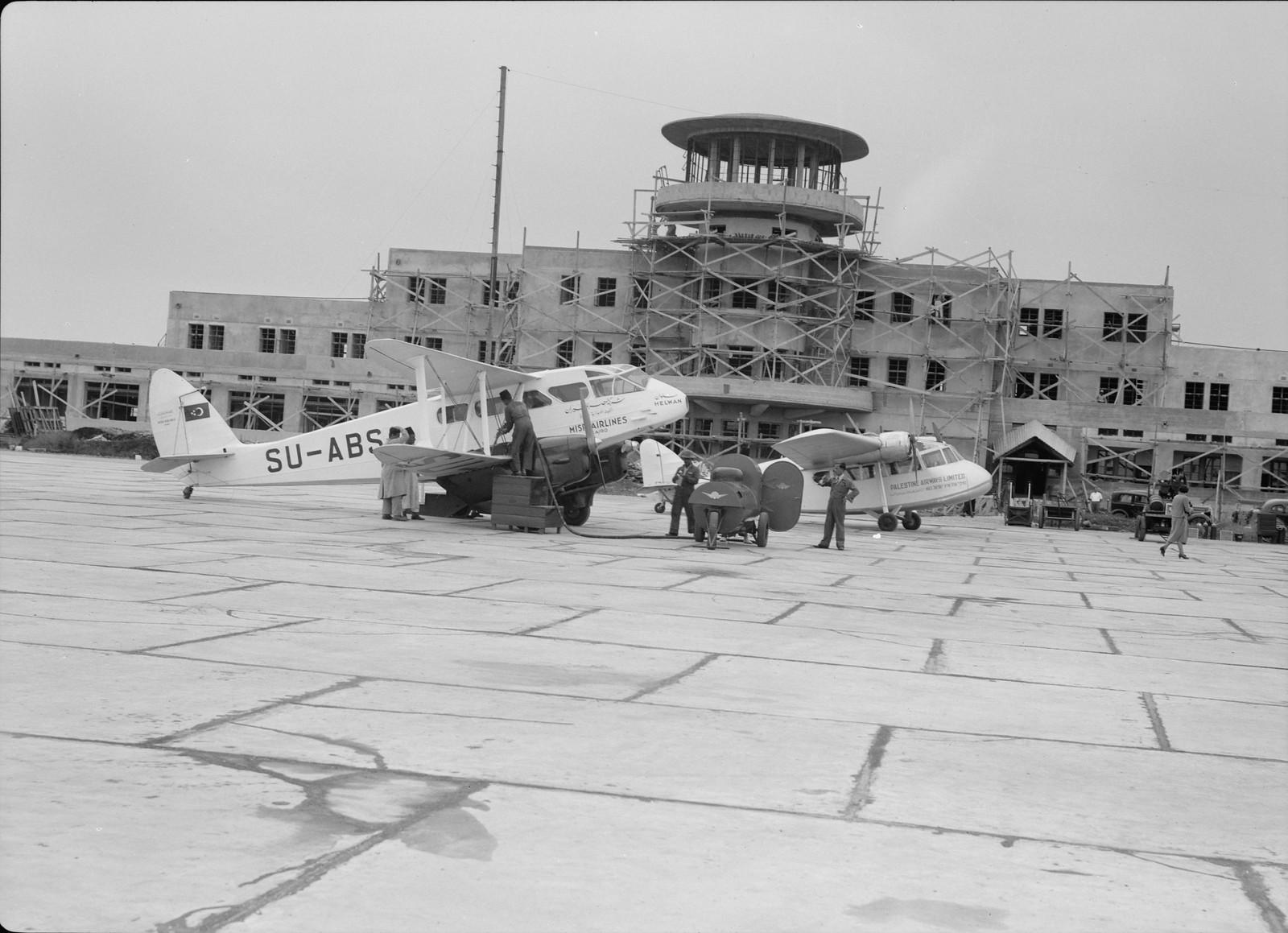 01. Здание аэропорта с самолетом D.H.84 Dragon египетской авиакомпнии «Misr Airwork» и самолетом Short Scion «Палестинских авиалиний»