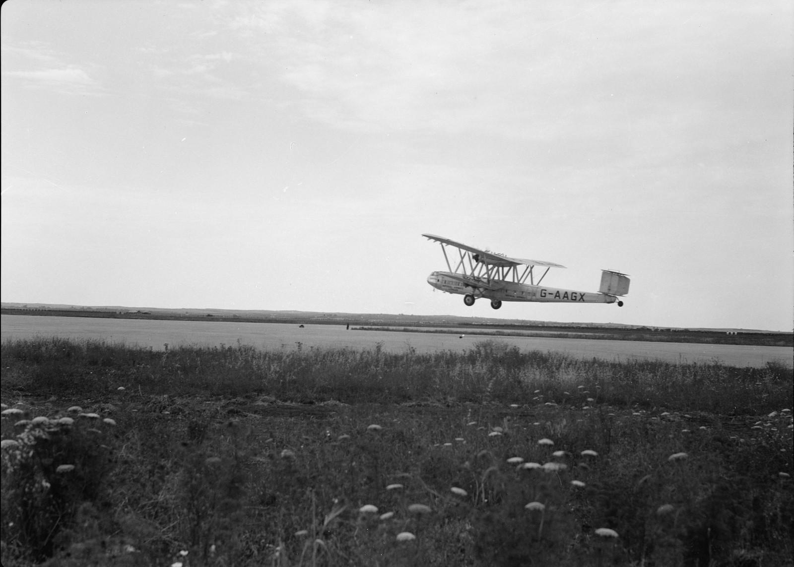 13.  Самолет Н.Р.42Е «Ганнибал» авиакомпании «Империал Эйруэйз» взлетает