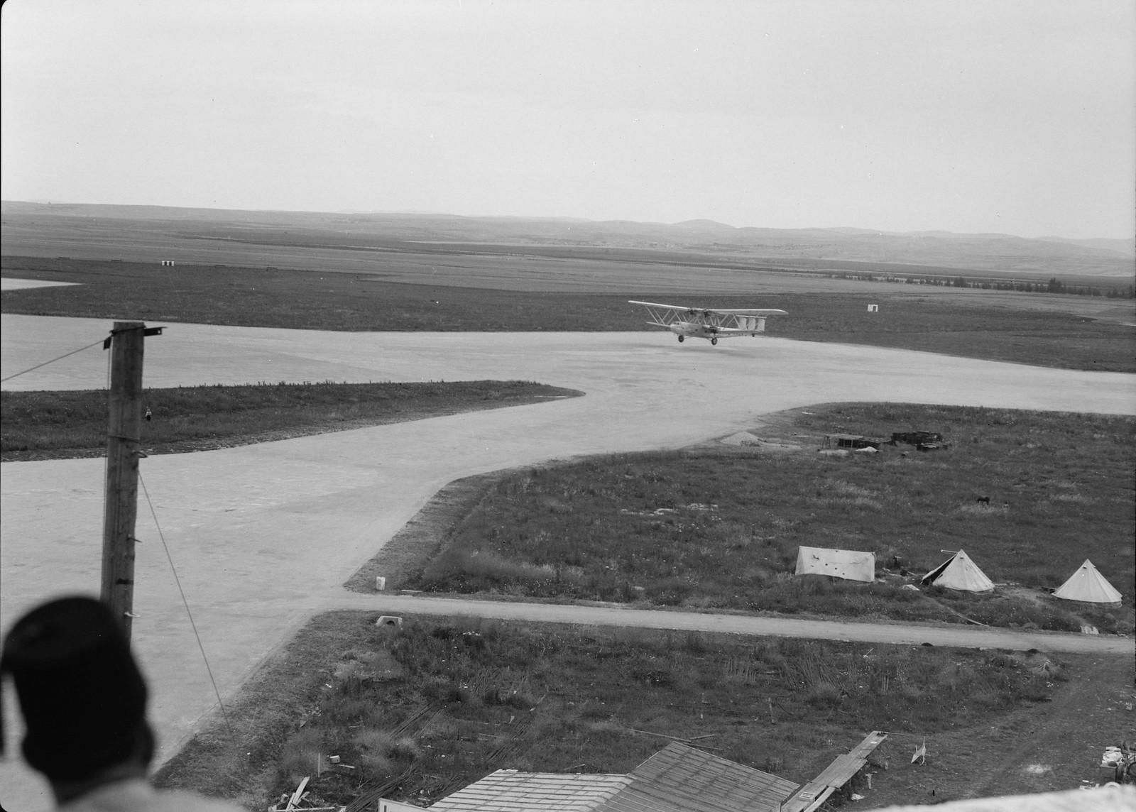 09. Самолет Н.Р.42Е «Ганнибал» авиакомпании «Империал Эйруэйз» прибывает из Багдада