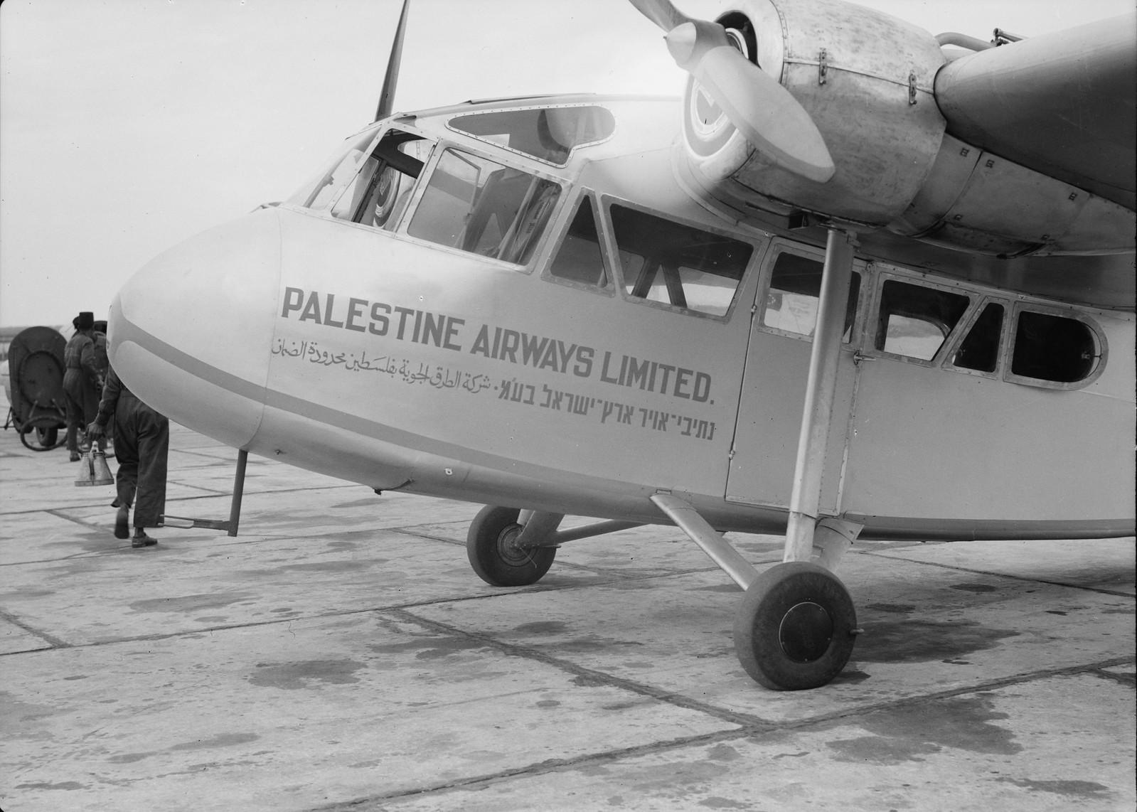 03. Самолет «Палестинских авиалиний» перед зданием аэропорта (крупный план)