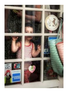 L'imagination part de presque rien, une fenêtre, un trolley, une petite fille et son curieux sourire, puis, là, s'étale devant moi un nouveau tapis d'histoires tissé de mots et de maux que je stoppe avec un nœud grossier : le lyrisme. Nina Bouraoui