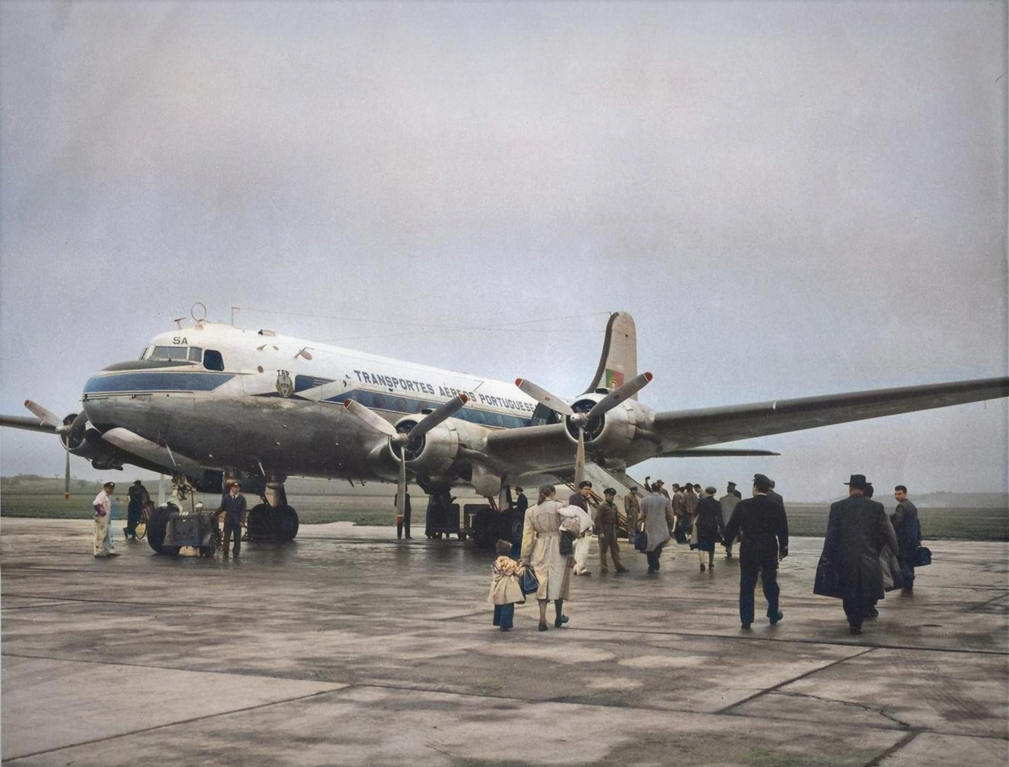 Embarque de passageiros no DC-4 Skymaster CS-TSA dos T.A.P., Portela, 1949-53 (Fototipia animada, Museu da T.A.P., FOTG0142 apud «Observador» em linha)