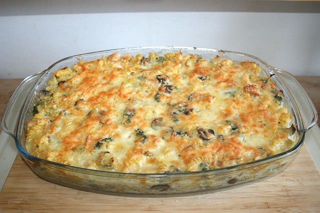 45 - Broccoli pasta bake with chicken & mushrooms - Finished baking / Brokkoli-Nudelauflauf mit Hähnchen & Pilzen - Fertig gebacken