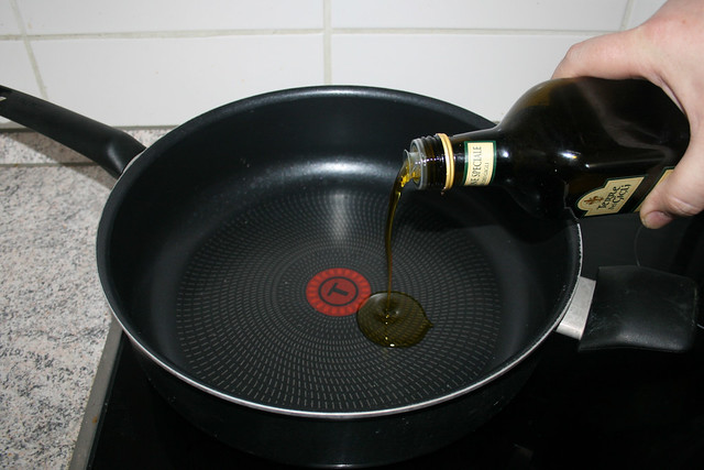 12 - Öl in Pfanne erhitzen / Heat oil in pan