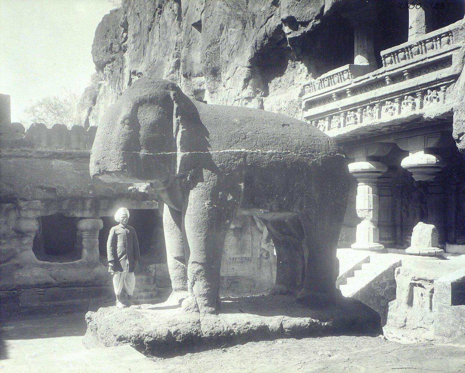 Храм Кайласа в Эллоре (одна из пещер, вход со слоном)