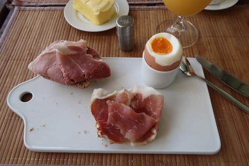 Kochschinken und Hinterschinken auf Hafer-Vollkorn-Weckerl zum Frühstücksei