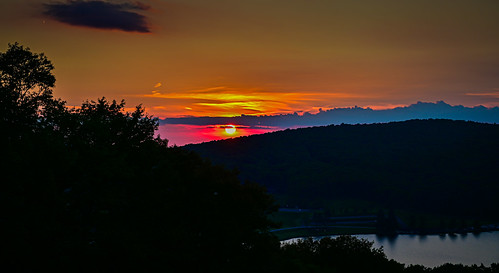 terraalta wv unitedstates sunset over alpine lake terra alta wva west virginia us usa hulls pond water sun orange yellow red sunsetting dusk
