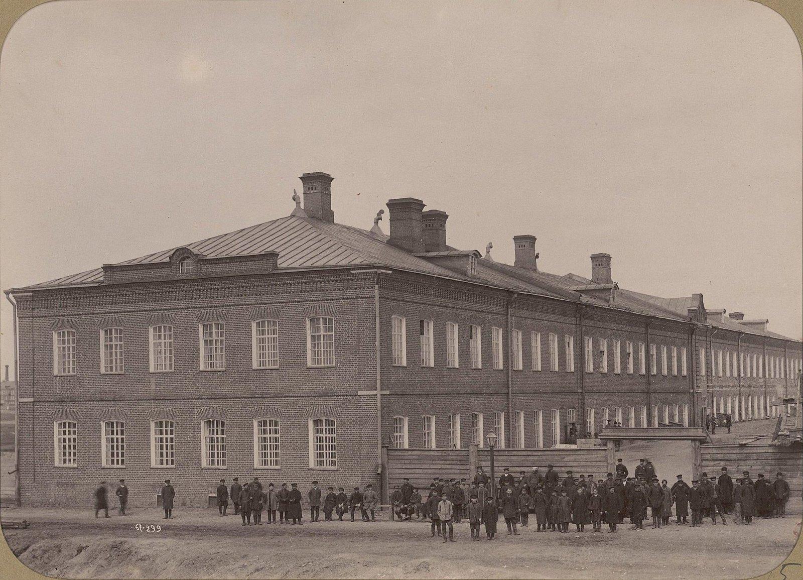 05. Рабочие фабрики на фоне спального корпуса