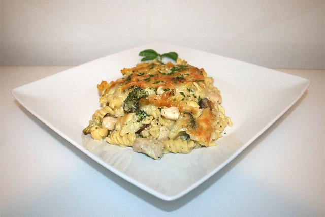 47 - Broccoli pasta bake with chicken & mushrooms - Side view / Brokkoli-Nudelauflauf mit Hähnchen & Pilzen - Seitenansicht