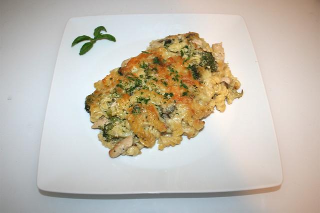 46 - Broccoli pasta bake with chicken & mushrooms - Served / Brokkoli-Nudelauflauf mit Hähnchen & Pilzen - Serviert