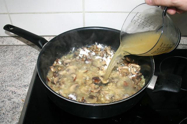 28 - Mit Hühnerbrühe ablöschen / Deglaze with chicken broth