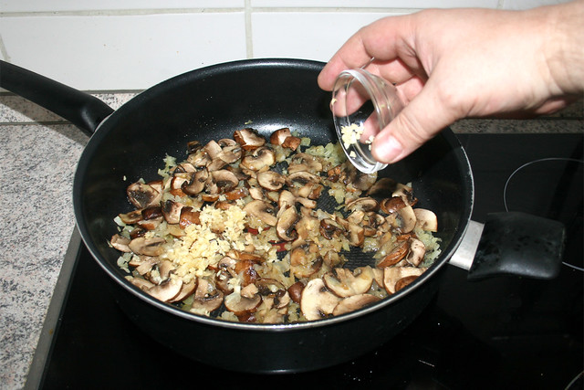 25 - Knoblauch dazu geben / Add garlic