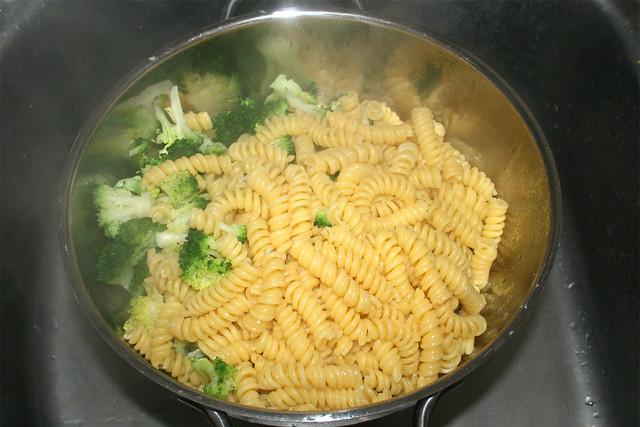17 - Nudeln & Broccoli abgießen / Drain noodles & broccoli