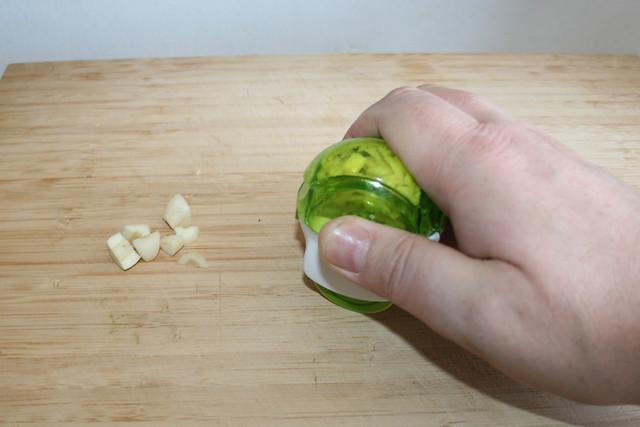 07 - Knoblauch zerkleinern / Mince garlic