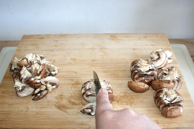 03 - Pilzscheiben halbieren / Half mushroom slices