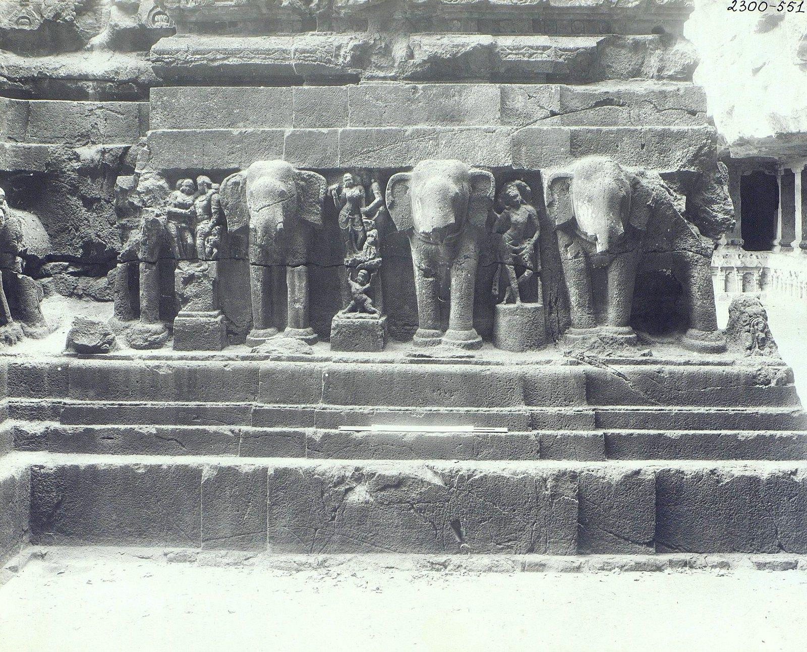 Храм Кайласа в Эллоре (деталь рельефа со слонами)