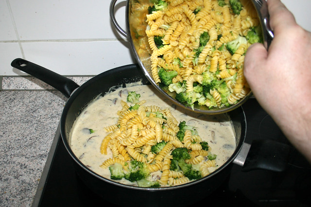 37 - Nudeln & Broccoli dazu geben / Add noodles & broccoli