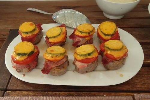 Schweinefilets mit Hinterschinken, Tomate, Gurke und Cheddar überbacken (8 Stück)