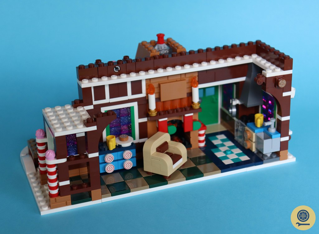 10267 Gingerbread House 11