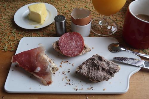 Hinterschinken, Salami und Leberwurst auf Urkornweckerl