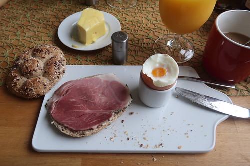 Kräuterbraten auf Urkornweckerl zum Frühstücksei