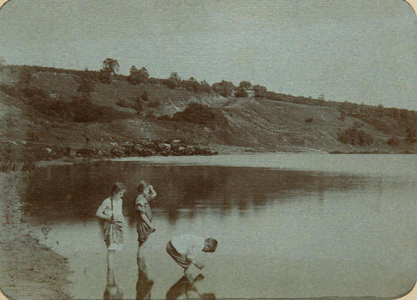 13. Группа детей на берегу реки Пахра.
