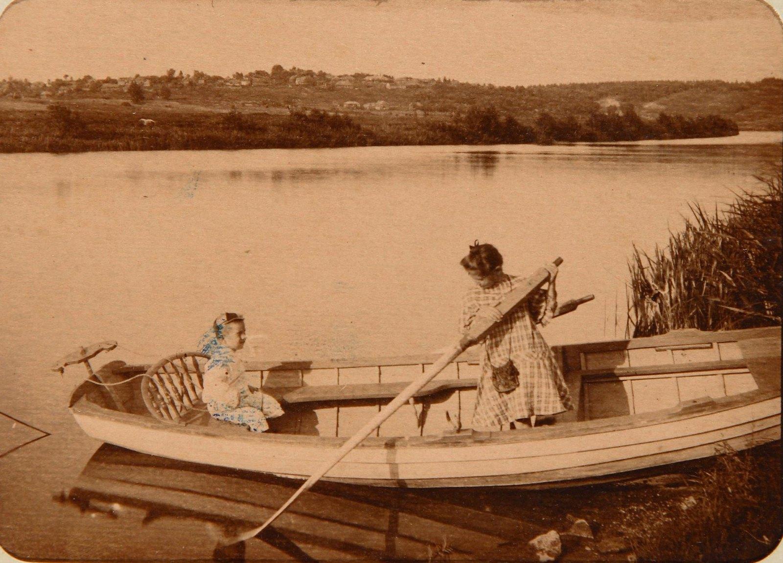 11. Две девочки в лодке у берега реки Пахра