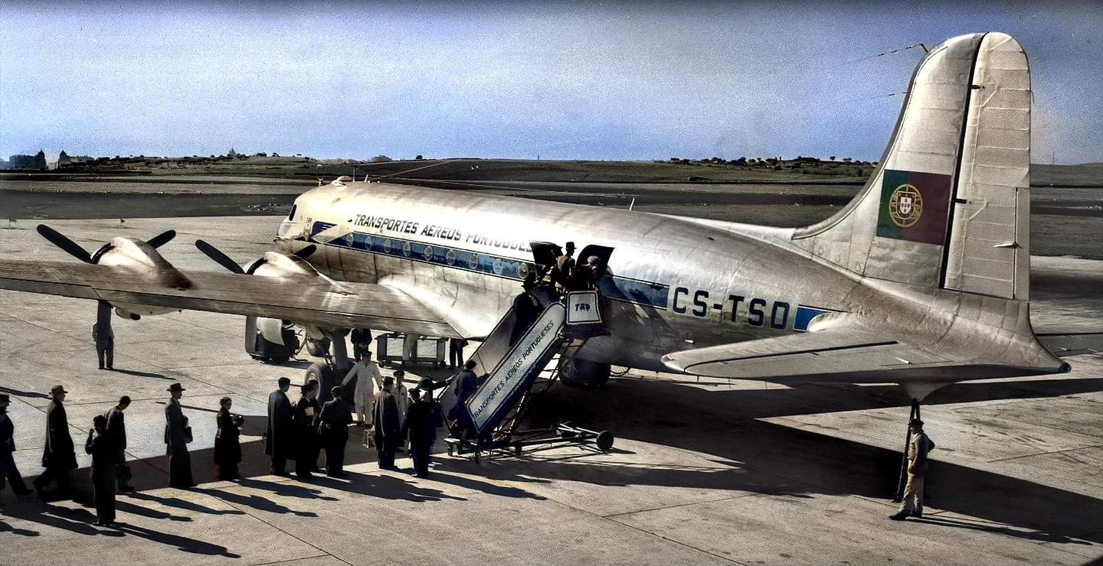 Embarque de passageiros no DC-4 Skymaster CS-TSD dos T.A.P., Portela, c. 1950 (Fototipia animada, esp. do C.te Amado da Cunha. Col. do Sr. Ant.º Fernandes)