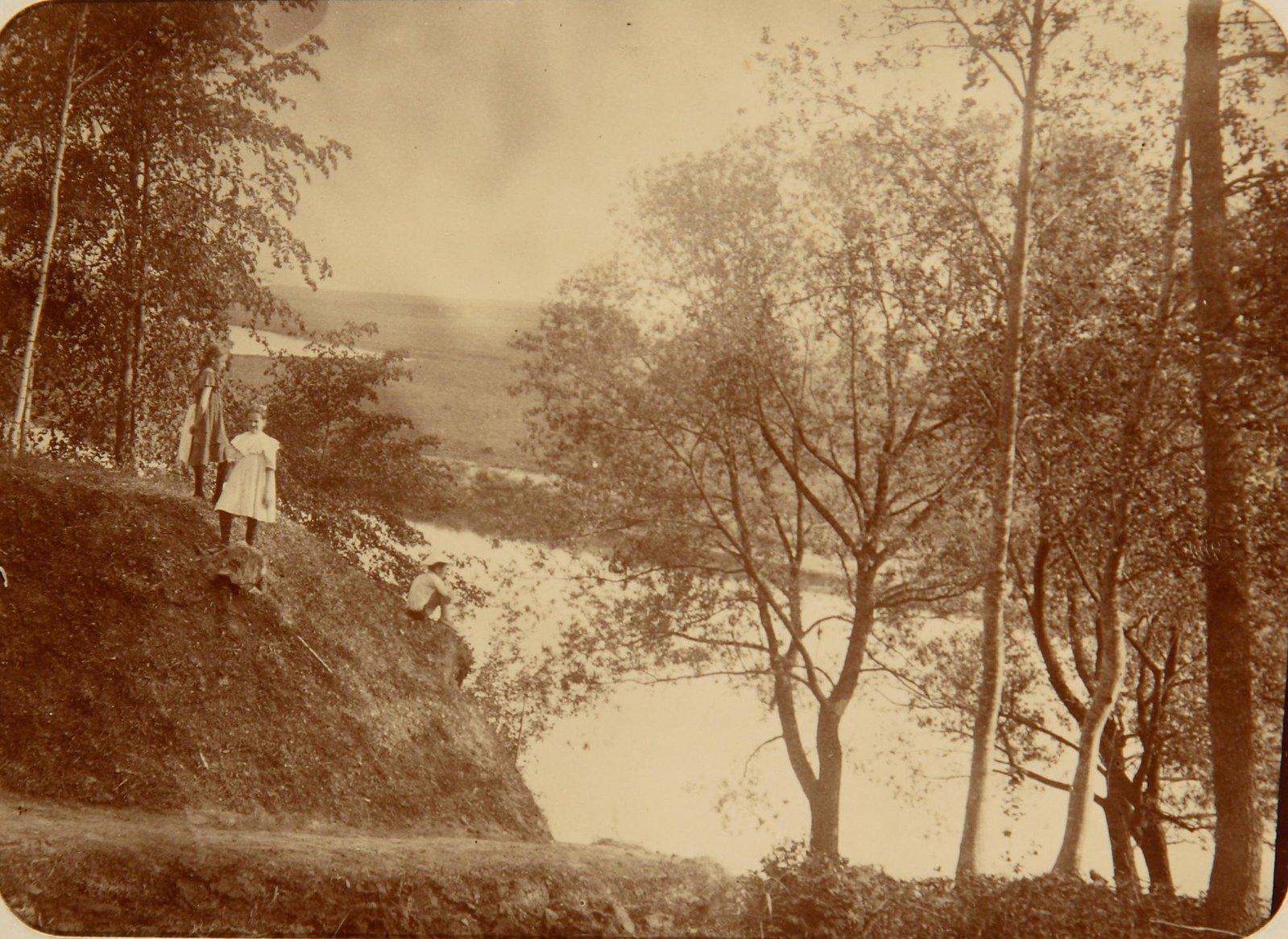 12. Две девочки на высоком берегу реки Пахры