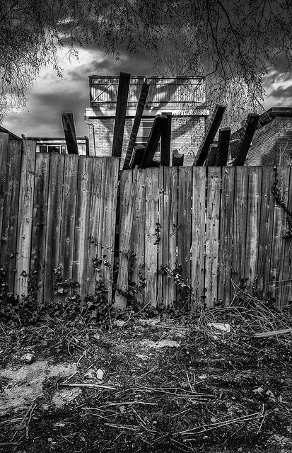 wood-planks_back-alley_bw_01