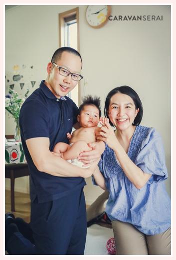 ご自宅で家族写真 オムツ姿の赤ちゃん