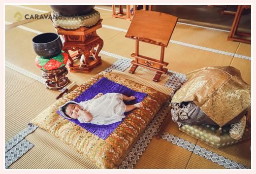 広徳寺(愛知県尾張旭市)でお宮参り お座布団の上に寝転がる赤ちゃん