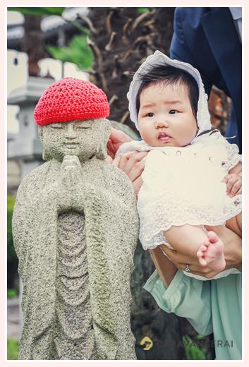お地蔵さんと一緒に記念撮影する赤ちゃん お宮参りの出張撮影