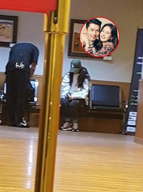 gap-son-ye-jin-va-hyun-bin-trong-phong-cho-may-bay-fan-nhu-ngoi-tren-dong-lua-ngong-tin-1-1593338115-292-width600height806