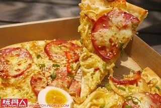 讓拉麵控崩潰的報復性PIZZA?《必勝客》x 麵屋武藏 台灣限定「一口入魂拉麵 披薩」開箱報告