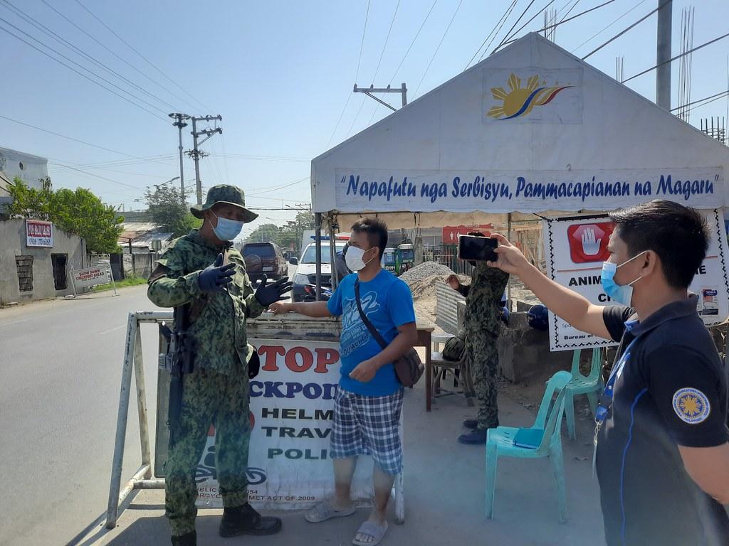 菲律賓政府在「加強型社區隔離」期間,派遣保安部隊駐守檢查站。圖片來源:Philippine Information Agency via Wikipedia