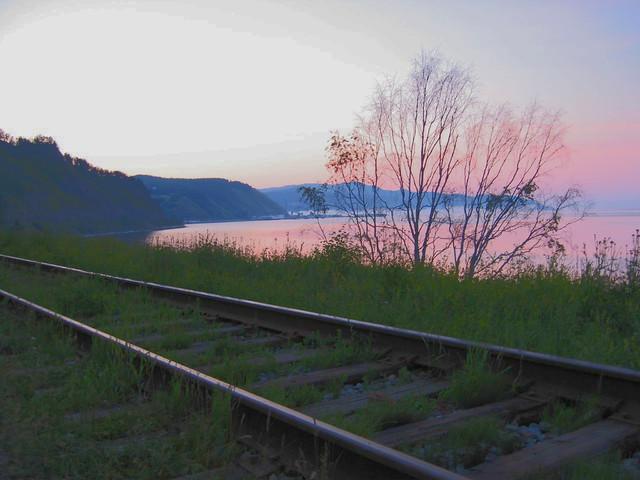Vía del tren transiberiano a su paso por el Lago Baikal en Rusia