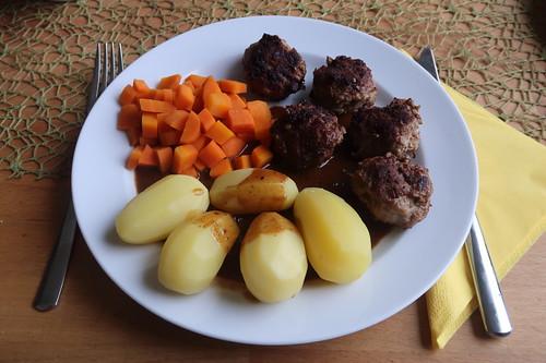 Frikadellen zu Möhrengemüse und Salzkartoffeln mit Soße (mein Teller)