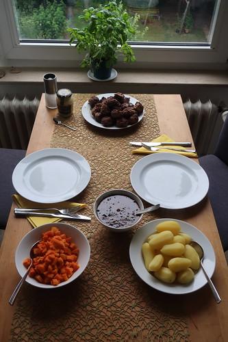 Frikadellen zu Möhrengemüse und Salzkartoffeln mit Soße (Tischbild)