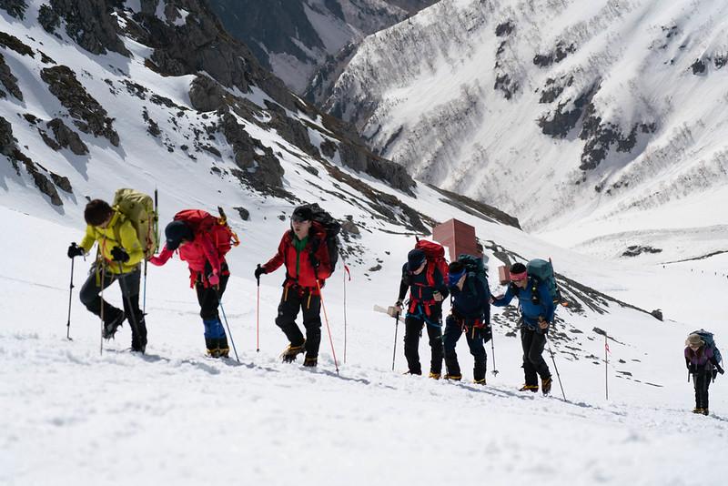 槍ヶ岳に登る登山者